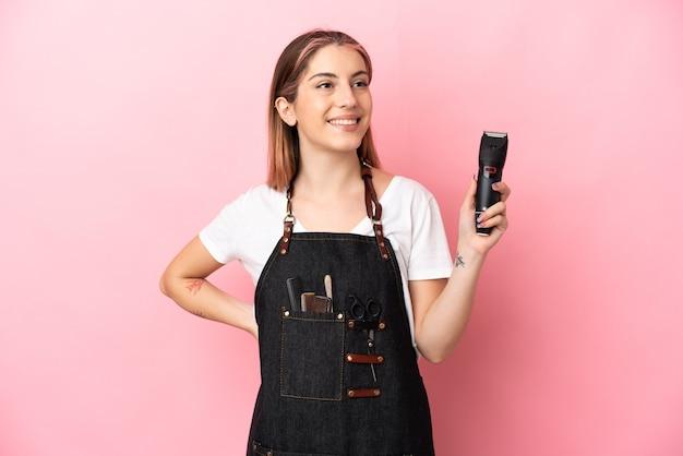 Jeune femme de coiffeur isolée