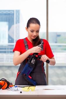 Jeune femme en combinaison faisant des réparations