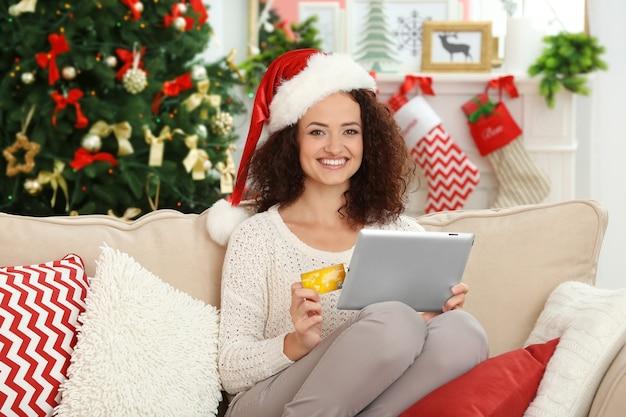 Jeune femme commandant des cadeaux de noël en ligne
