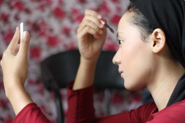 Jeune femme, composer, à, brosse, et, miroir