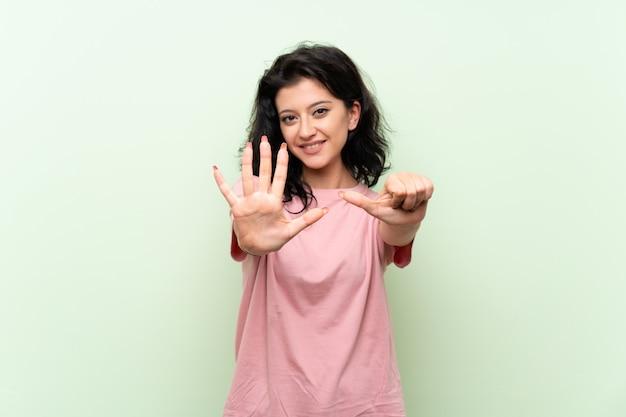 Jeune femme comptant six avec les doigts