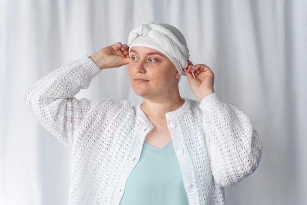 Jeune femme confiante luttant contre le cancer