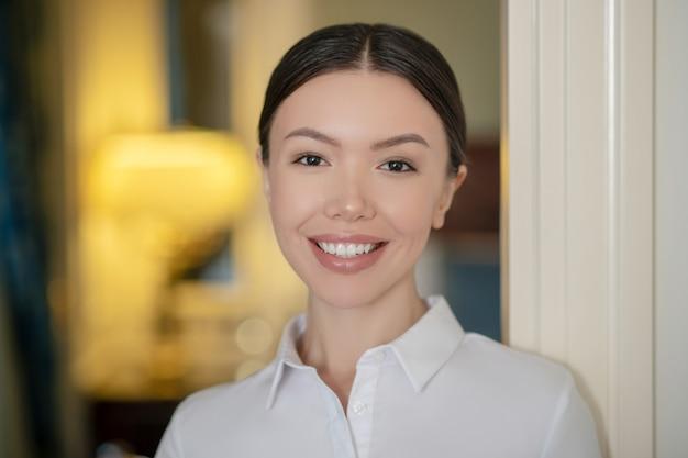 Une jeune femme confiante souriant à ses partenaires commerciaux