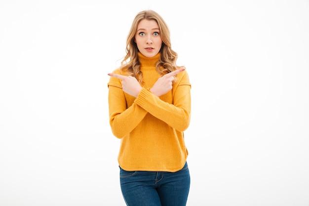Jeune femme confuse pointant.