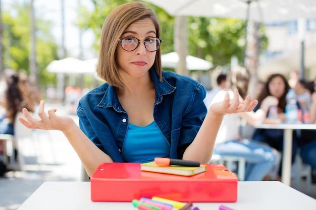 Jeune femme confuse à l'université