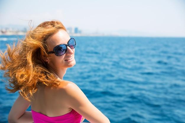 Jeune femme, contre, mer
