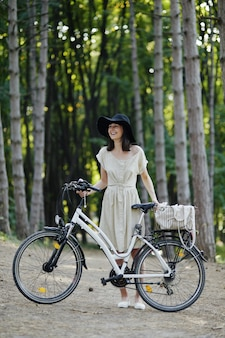 Jeune femme contre nature fond à vélo