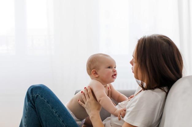 Jeune femme, conversation bébé, sur, sofa