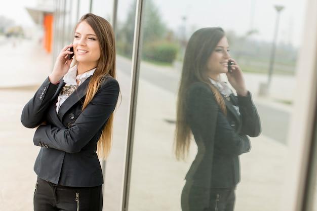 Jeune femme, conversation téléphone mobile