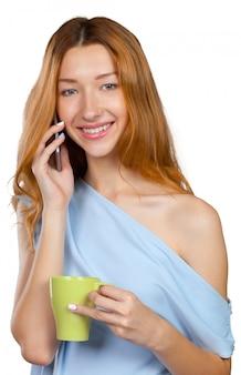 Jeune femme, conversation, sur, téléphone portable