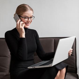 Jeune, femme, conversation, téléphone