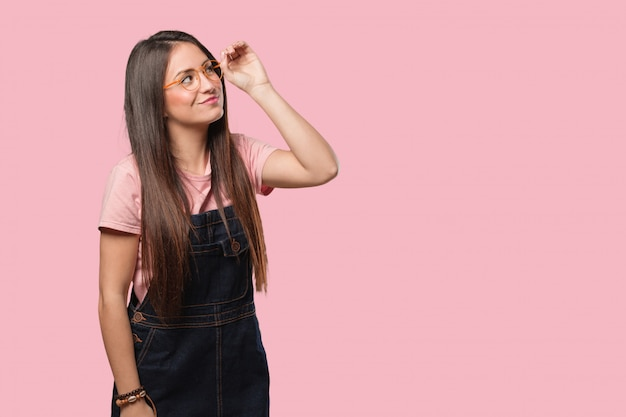 Jeune femme cool faisant le geste d'une longue-vue