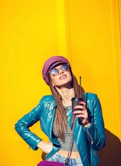 Jeune femme cool en veste