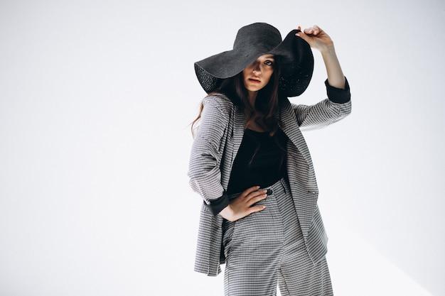 Jeune femme en costume d'affaires coiffé d'un chapeau