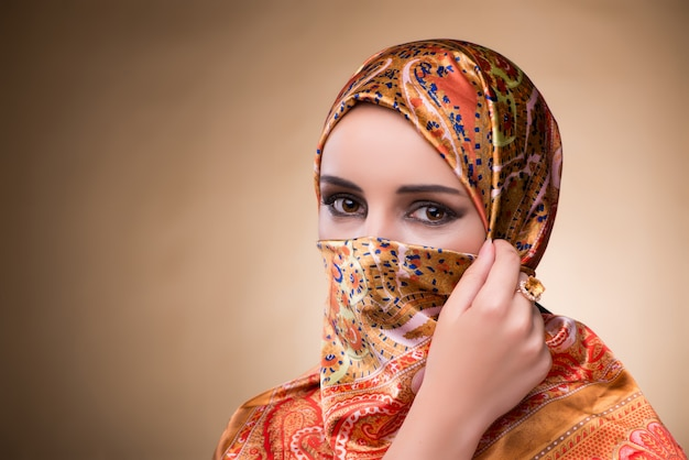Jeune femme en costume musulman traditionnel