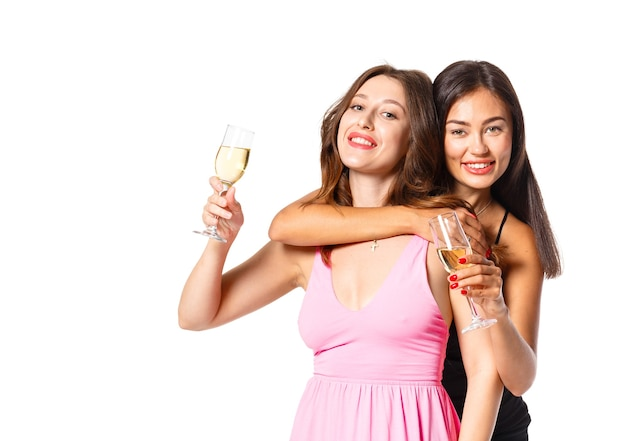 Jeune femme avec une coupe de champagne à la célébration
