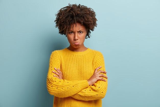 Jeune femme avec coupe de cheveux afro portant un pull
