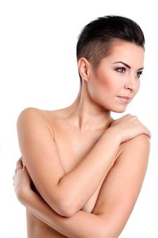 Jeune femme avec coupe de cheveux et maquillage de soirée
