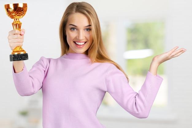 Jeune femme avec coupe sport