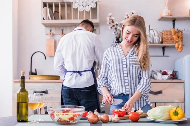 Jeune femme, couper, legumes, cuisine