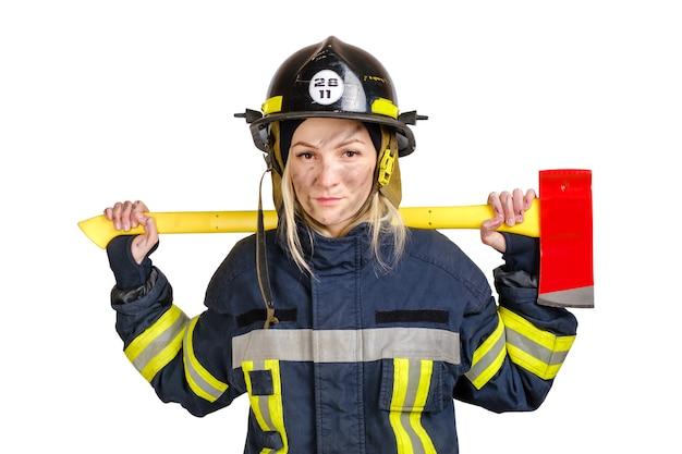 Jeune femme courageuse en uniforme et casque de pompier avec hache sur les épaules