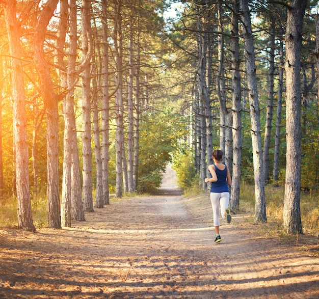 Jeune, femme, courant, rural, route, forêt