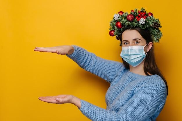 Jeune femme avec une couronne autour de la tête portant un masque