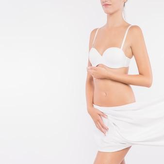 Jeune femme couvrant les hanches avec un chiffon