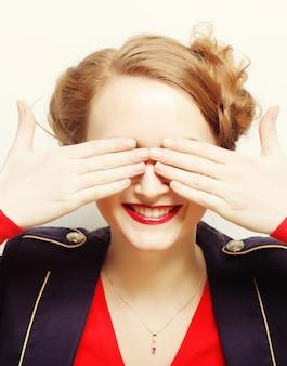 Jeune femme couvrant ses yeux avec ses mains.