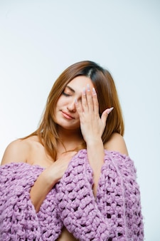 Jeune femme couvrant les yeux avec la main