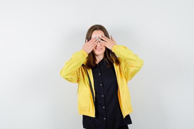 Jeune femme couvrant les yeux avec les mains