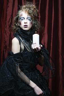 Jeune femme, à, créatif, maquillage, tenue, bougie