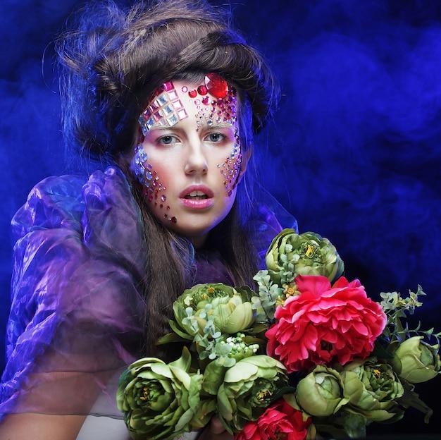 Jeune femme, à, créatif, maquillage, tenue, fleurs