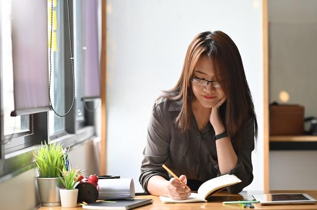 Jeune femme créative croquis sur cahier