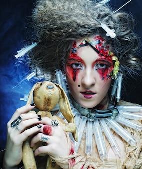 Jeune femme créative maquillage tenant petit lapin.