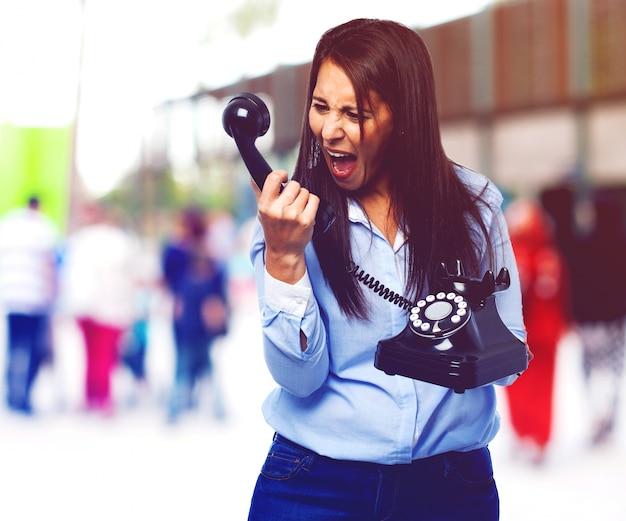 Jeune femme crier au téléphone
