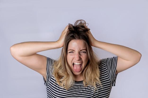 Jeune femme crier et crier