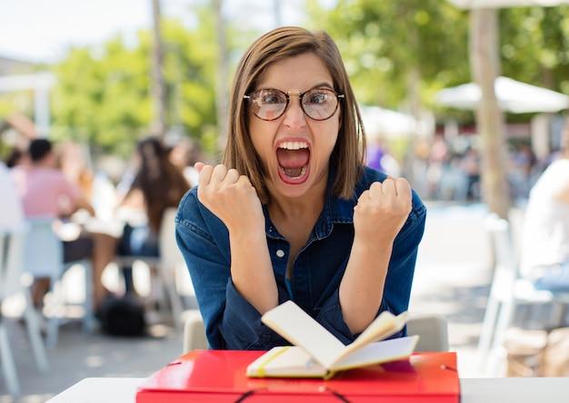 Jeune femme crier à l'université