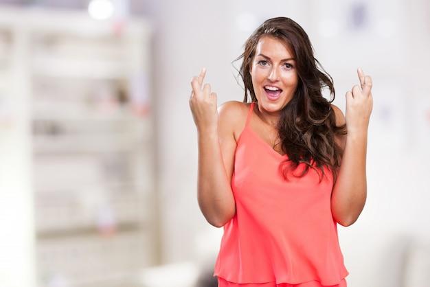 Jeune femme croise les doigts