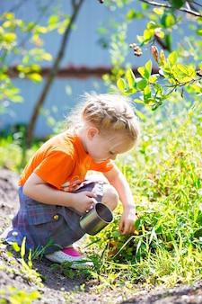 Jeune femme cueille des baies