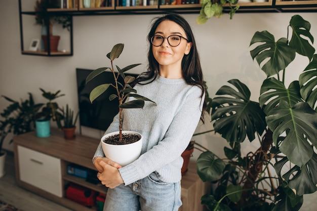 Jeune femme, cultiver, usines, chez soi