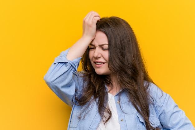 Jeune femme curvy taille plus oublier quelque chose, gifles front avec la paume et la fermeture des yeux.