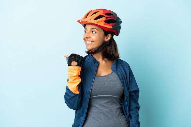 Jeune femme cycliste isolée