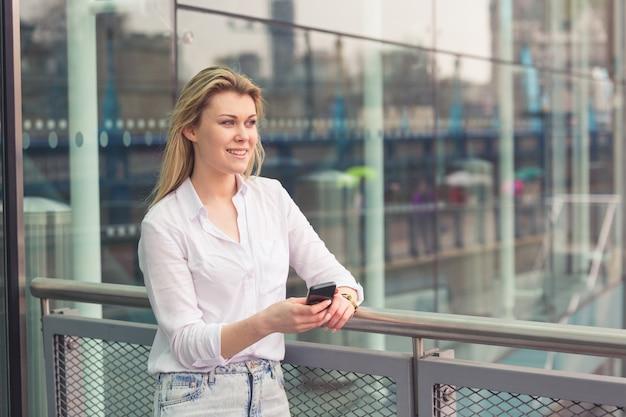 Jeune femme, dactylographie, sur, téléphone intelligent