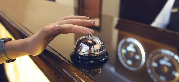 Jeune femme dans l'administration de l'hôtel