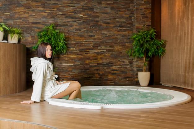 Jeune femme dans le bain à remous