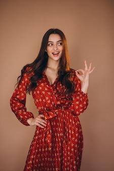 Jeune femme dans une belle robe rouge