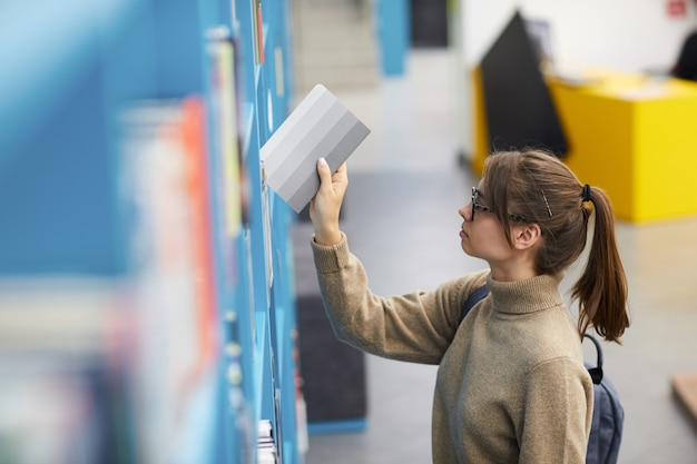 Jeune femme, dans, bibliothèque