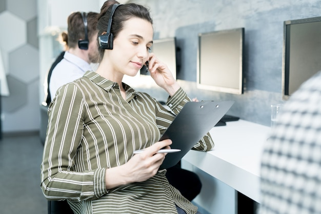 Jeune femme, dans, bureau assistance