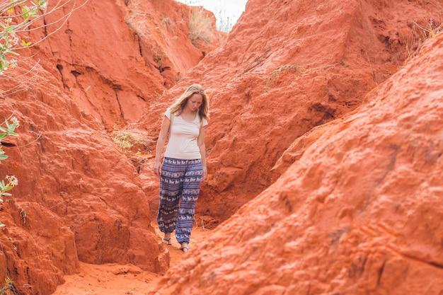Jeune femme dans un canyon rouge près de mui ne, dans le sud du vietnam.